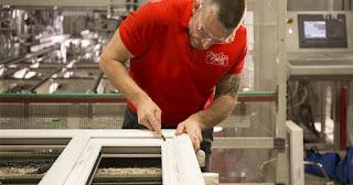 radnik u proizvodnji prozora