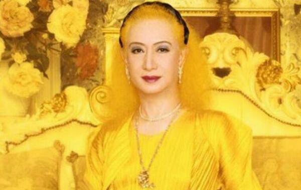 黄色い部屋で黄色い服を着た美輪明宏