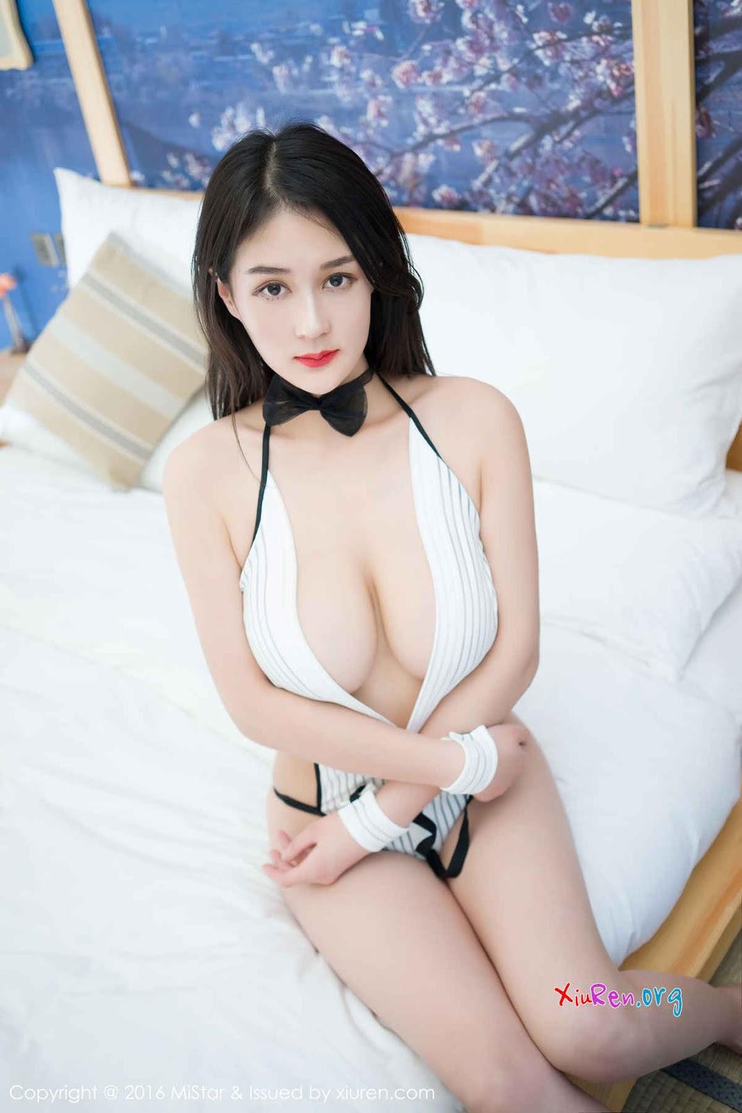 Gái xinh ngực bự mặc nội y không thể nhỏ hơn