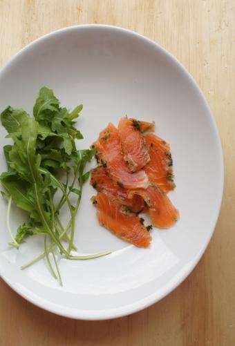 salmão marinado com laranja e hortelã