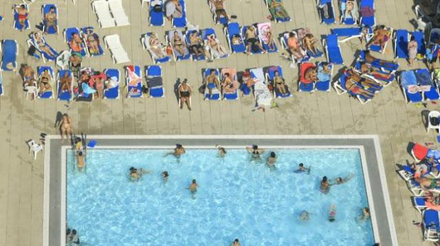 بلدية برشلونة تقرر: السماح للنساء بالسباحة عاريات الصدور!