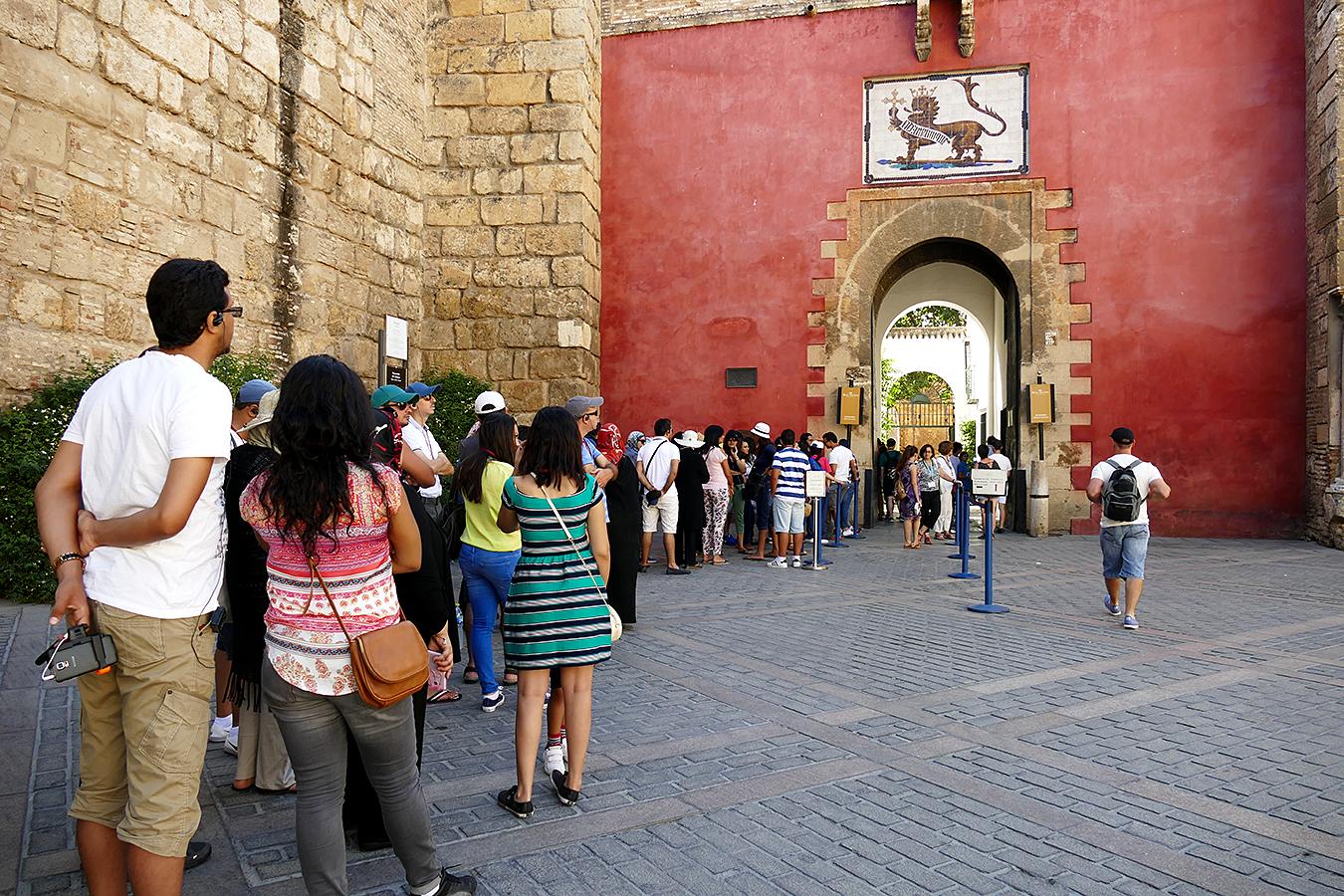 turistas entrada real alcazar
