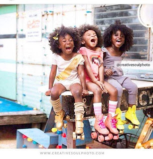 niños afro riendo patines