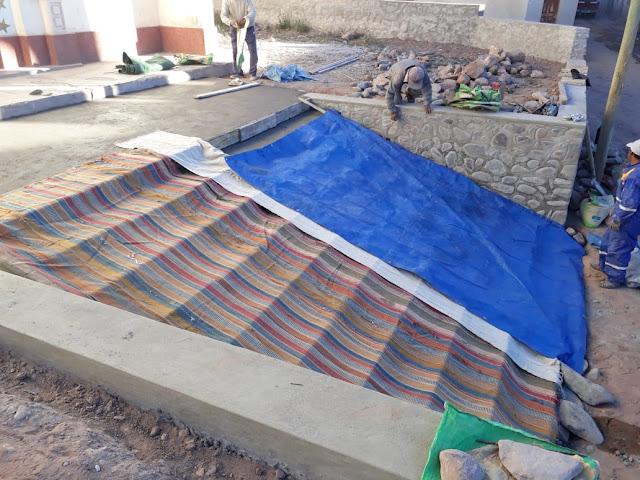Am Abend muss der Zement abgedeckt werden, da es schon gefriert. Einige Bürger brachten sogar ihre Decken von den Betten zum Abdecken.