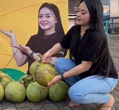 penjual es kelapa muda cantik