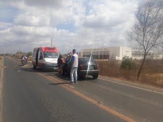 Colisão frontal entre moto e carro é registrada em frente a Escola Técnica