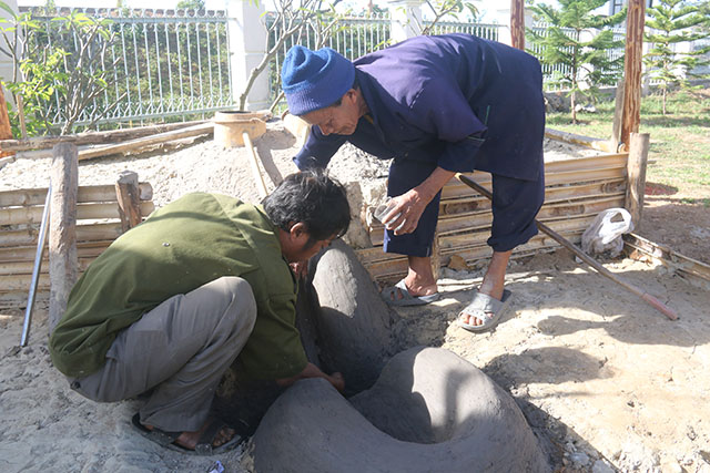 Các nghệ nhân đắp lò nung bằng đất sét