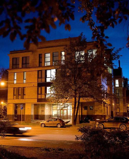 Na rua  Savushkina nº 55, em São Petersburgo, sem identificação externa funciona a sede da 'fábrica de trolls'.