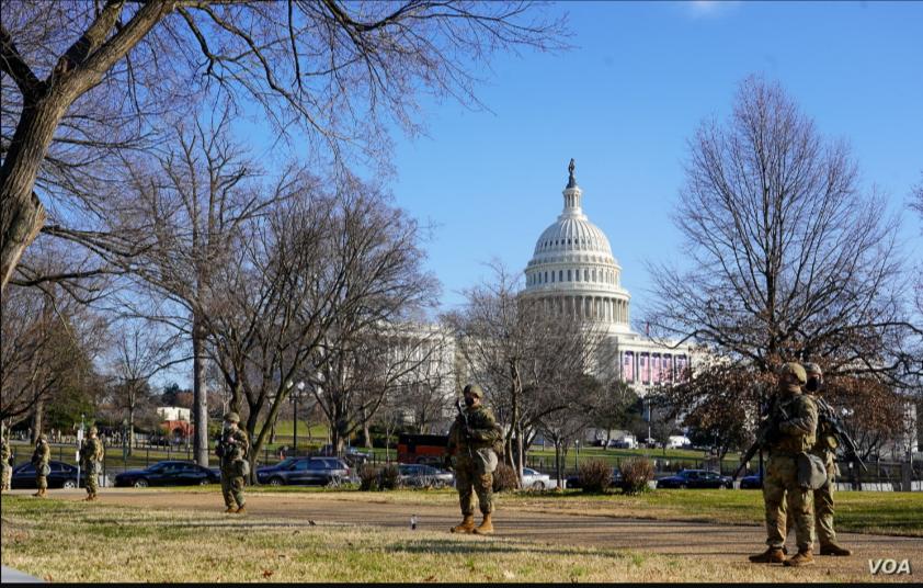 Miembros de la Guardia Nacional custodian los alrededores del Capitolio de Estados Unidos el 13 de enero del 2021 / VOA