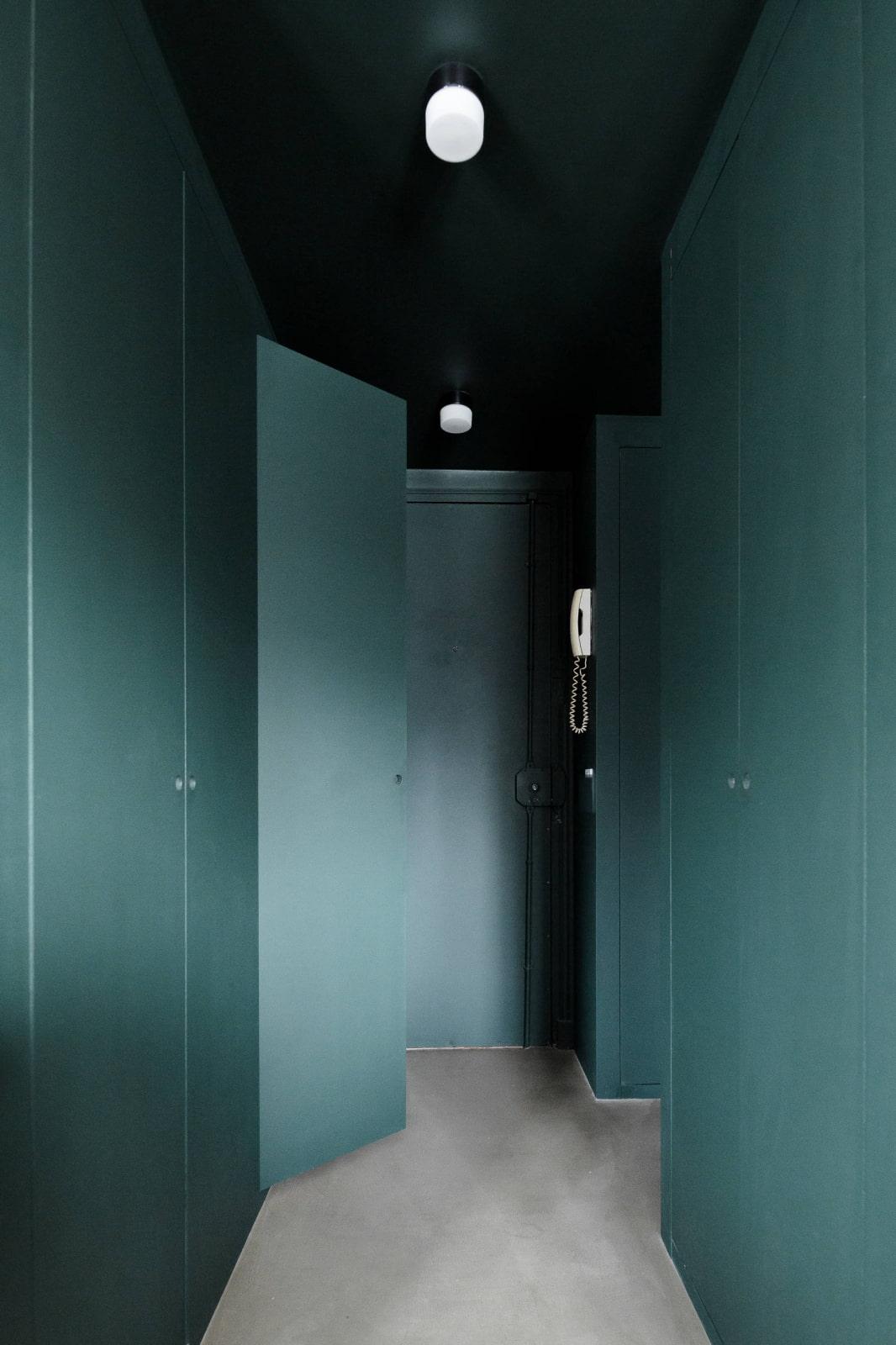 ilaria fatone - un couloir en vert foncé