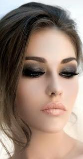 Olhos esfumados com tons escuros e lábios naturais
