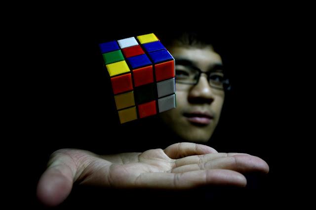 فيديو: تعرف على طريقة حل المكعب السحري خطوة خطوة rubik's cube