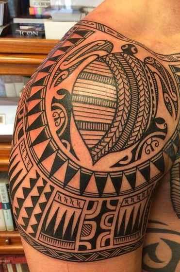 Tatuaje Maori de tortuga en el brazo