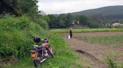 moto, e senhor trabalhando o campo