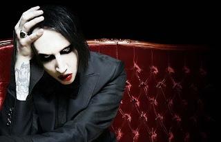 Marilyn Manson sentado en sillón
