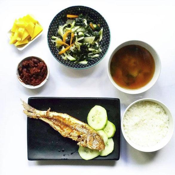 desayuno tradicional japonés contiene, sopa de miso, arroz cocido,pescado a la parrilla, encurtidos, una sunomono