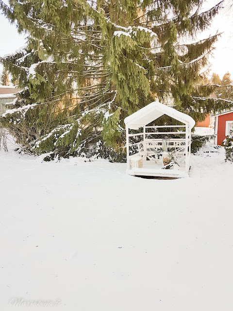 talvi piha lunta talo punavalkoinen pakkasta aurinko talvinen koti lumipeite