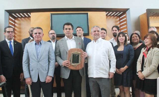 Asociación de Hoteleros de Santo Domingo reconocen al alcalde David Collado