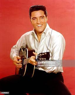 Elvis Presley som vuxen med gitarren.