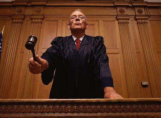 هل انت القاضي ام الواقف امام القاعة؟؟