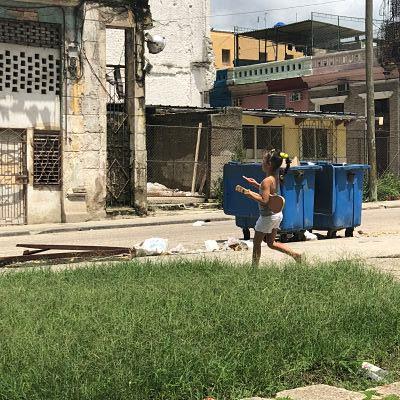 La Habana. Cuba. Niña con guitarra de juguete