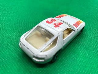 ポルシェ 928  のおんぼろミニカーを斜め後ろから撮影