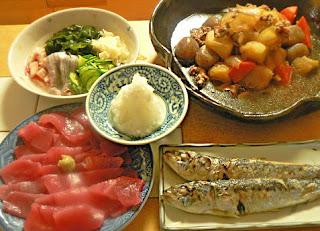夕食の献立 肉じゃが 鰯の塩焼き 生ワカメ酢の物 刺身