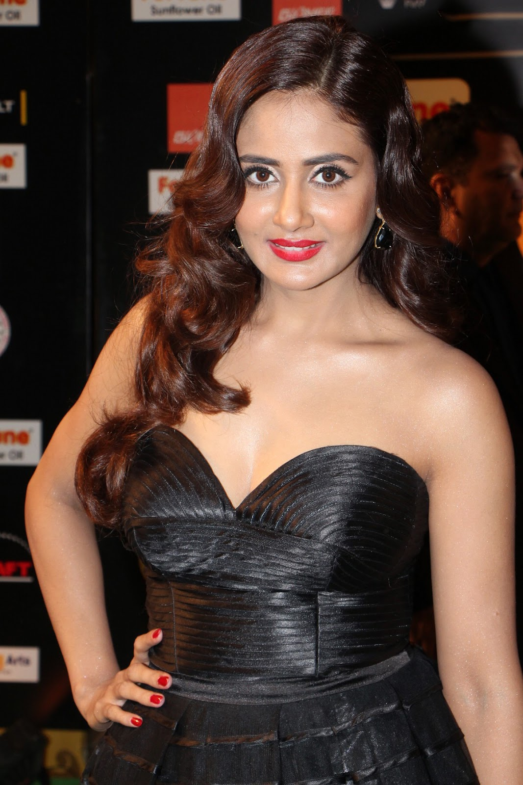 Parul Yadav Cleavage in Black Low Neck Gown at IIFA Utsavam Day 2