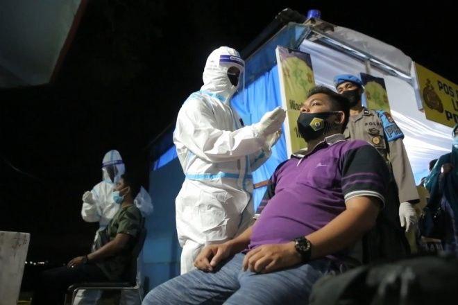 Arus Balik, Gugus Tugas Lakukan Swab Antigen Acak di Pelabuhan Bajoe