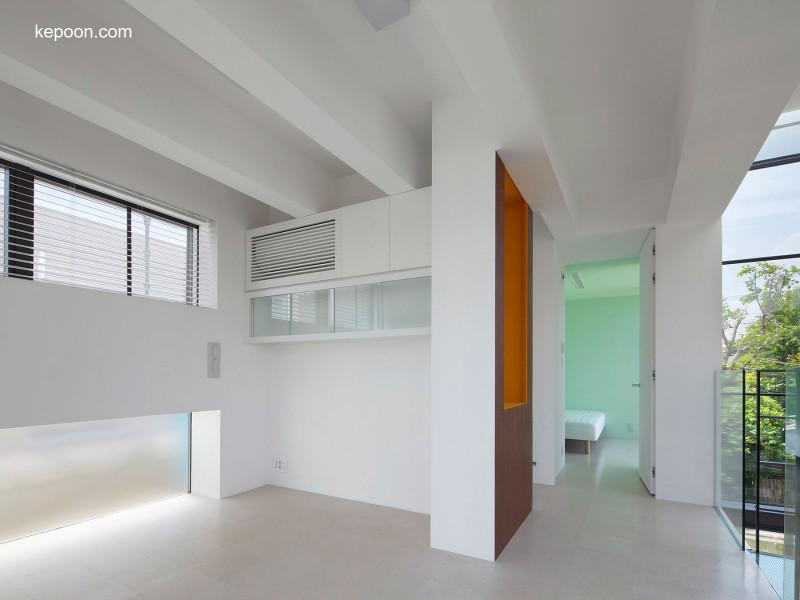 Vista del interior de casa urbana japonesa contemporánea
