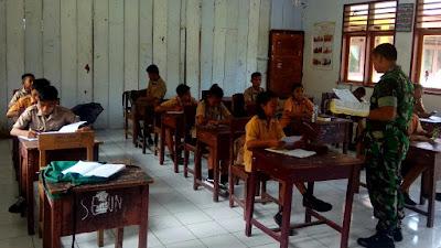 Anggota Koramil 1312-07/Miangas Mengajar di Sekolah