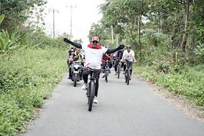 Langgur, Malukupost.com - Bupati Maluku Tenggara (Malra), M Thaher Hanubun melepas sekaligus memimpin kegiatan reli sepeda di wilayah tersebut dalam rangka menyongsong HUT RI ke - 74 tahun 2019, Selasa (13/8).    Reli sepeda itu merupakan salah satu kegiatan yang diagendakan Pemkab Malra untuk menyongsong peringatan Hari Merdeka 17 Agustus. Peserta terdiri dari berbagai unsur di antaranya pimpinan dan jajaran OPD Pemkab Malra, pimpinan dan jajaran TNI/Polri, BUMN dan perusahaan swasta, serta masyarakat umum.
