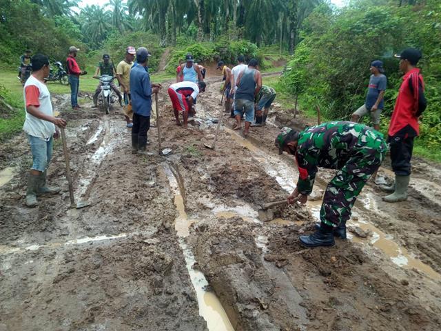 Gotong Royong Penimbunan Jalan Yang Berlubang Akibat Hujan Dilaksanakan Personel Jajaran Kodim 0208/Asahan Bersama Warga