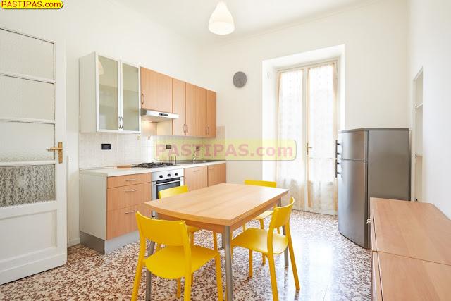 Desain Dapur Kecil untuk Rumah Minimalis dengan Tirai Cantik
