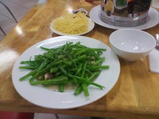 Rau Muong (Rau Muong) o acqua spinaci (spinaci acqua)