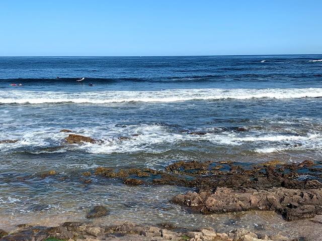 praia rochosa com o mar agitado