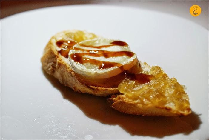 Casa Puebla: Tosta de queso de cabra con cebolla caramelizada y reducción balsámica de frambuesa