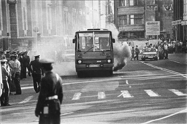 """23 августа 1987 года. Рига. На улице Ленина возле перекрестка с бульваром Падомью. Слева часы с надписью """"Darbs"""" (""""Труд"""")"""