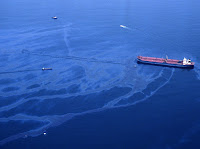 Oil spills from the crippled tanker Exxon Valdez the morning of March 24, 1989, after the vessel ran aground on Bligh Reef in Prince William Sound. (Credit: latimes.com) Click to Enlarge.