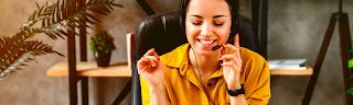 Femme travail téléphonique, travail en ligne de téléprospecteur, gagner argent en ligne