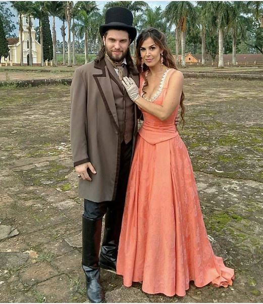 Petunia (Roberta Portella)  figurino vestido estampado, cena novela Escrava Mãe