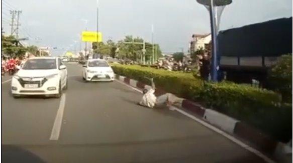 Clip: 2 người đàn ông cầm thanh sắt rượt đuổi nhau giữa đường sau va chạm giao thông