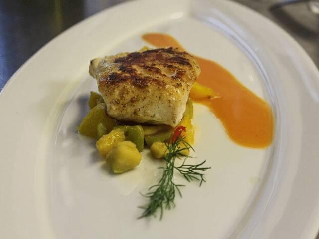 bacalhau com batata ao molho de vinho branco e cebola