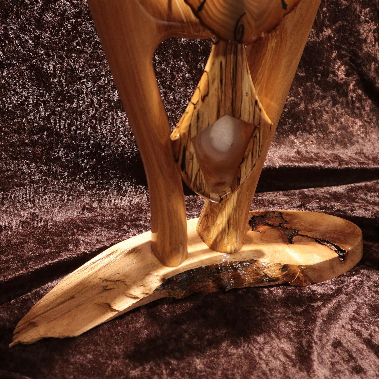 Le Balancier Sculpt Dans Mme Bois Est Orn Dun Cu DAgathe Afin De Lester Avec Lgance
