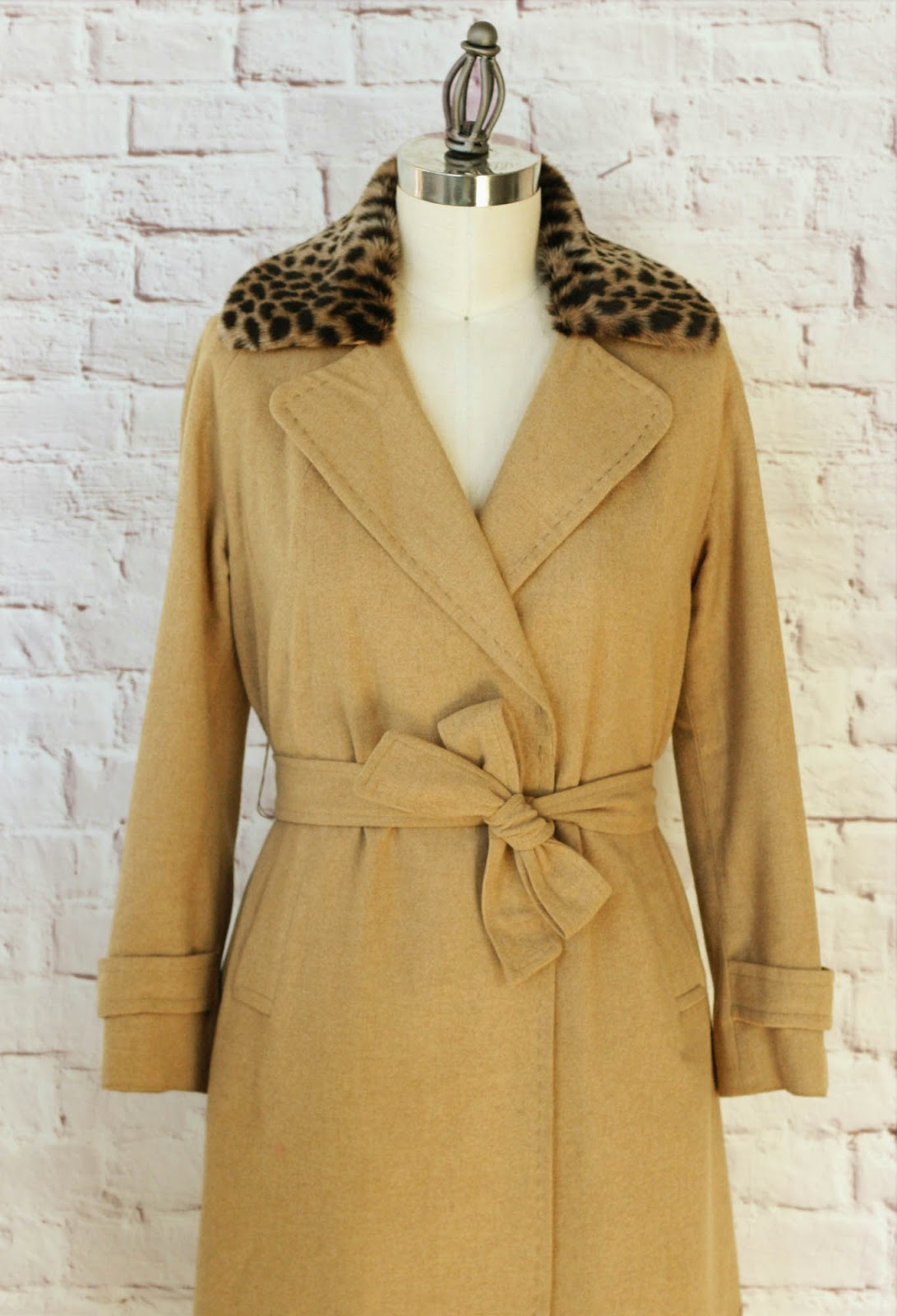 http://www.coletterie.com/tutorials-tips-tricks/removable-custom-faux-fur-collar-for-your-coat