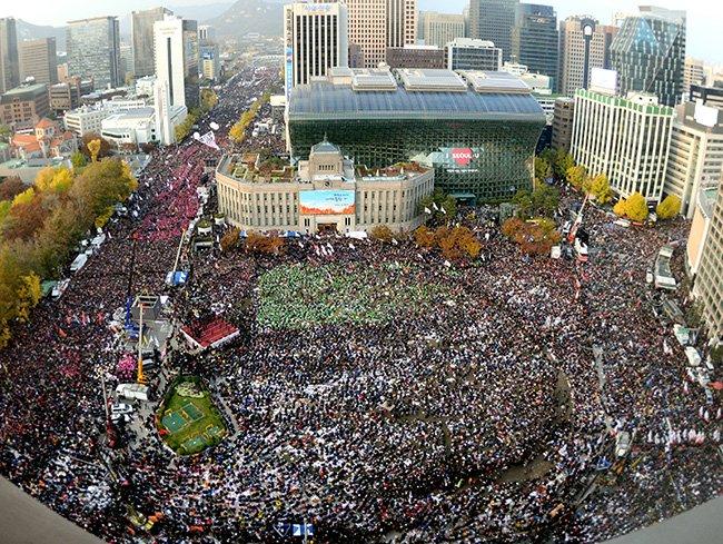 Gran manifestación en Seúl contra la presidenta Park Geun-hye