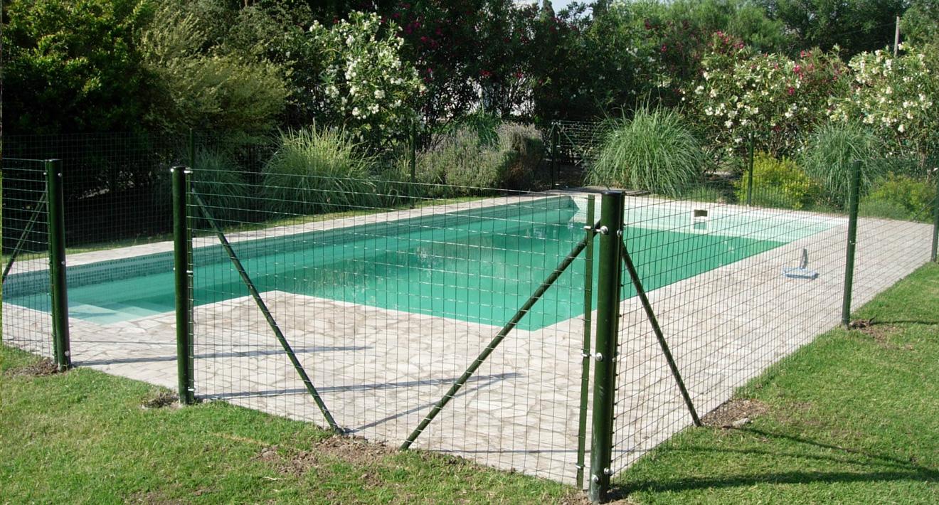 Valla de seguridad para piscina for Jardines con piletas de natacion