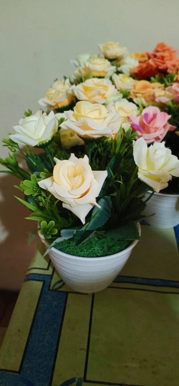 Orang-orang optimis melihat bunga mawar, bukan durinya. Orang-orang pesimis terpaku pada duri dan melupakan mawarnya. (Khalil Gibran).