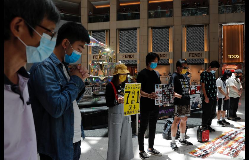 Activistas prodemocracia en Hong Kong hacen un minuto de silencio después de la aprobación en Beijing de una ley de seguridad nacional para el territorio el 30 de junio de 2020 / REUTERS