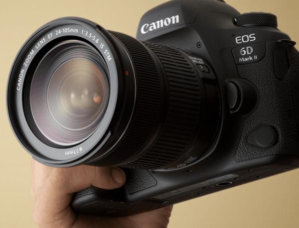 Canon EOS 6D Mark II в руках